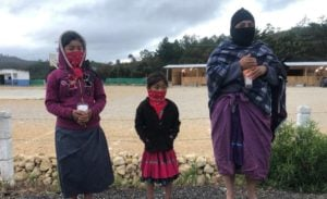 Con velas en mano, mujeres zapatistas de todas las edades madrugaron este lunes para unirse al reclamo nacional contra la violencia de género Foto: Isaín Mandujano