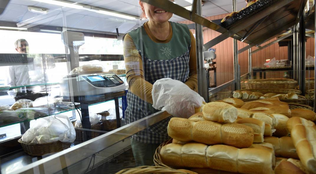 Ya hay suspensiones masivas y el gremio de panaderos salió a cruzar a los empresarios