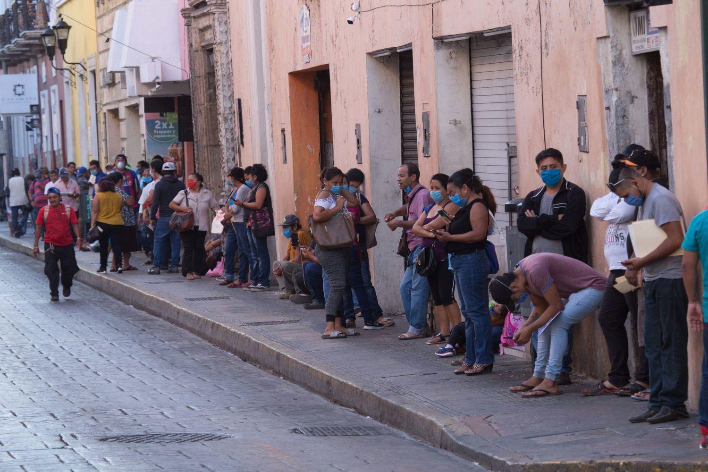 Decenas de personas aguardan en la fila para tramitar su seguro de desempleo, en el Estado mexicano de Yucatán, el pasado 7 de abril.
