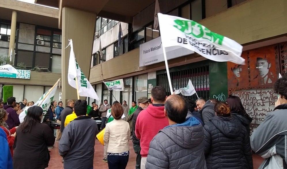 Córdoba quiere reducir salarios de los municipales para ahorrar y el gremio le recuerda a Llayrola que gasta 125 millones en consultoras