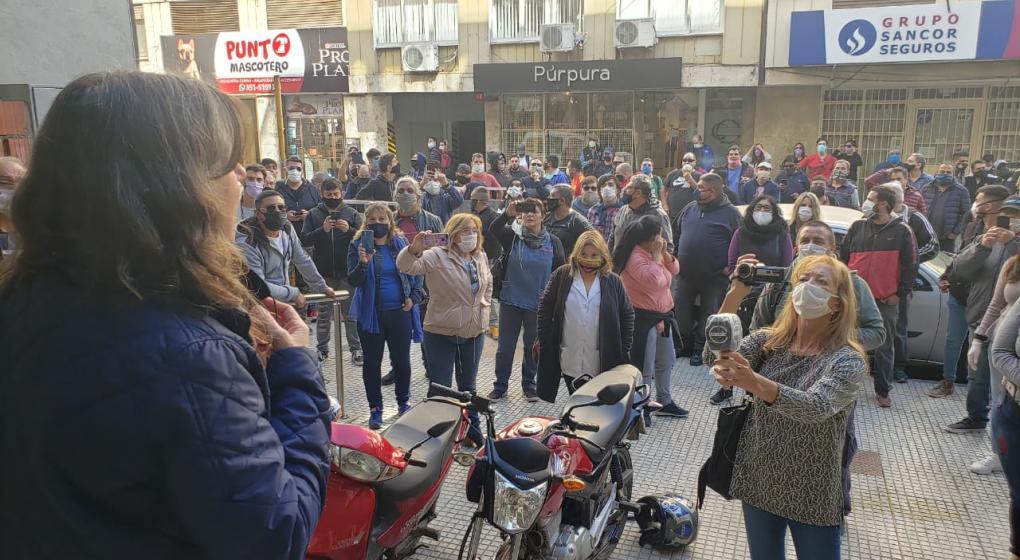 La protesta de Suoem comenzó en su sede. Desde allí marcharon hacia el Concejo. (José Hernández)