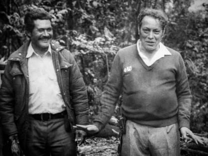 """Jaime Guaracas junto con Manuel Marulanda Vélez """"Tirofijo"""" dos de los fundadores de las FARC, ambos muertos por causas naturales. Foto: @sandinovictoria"""