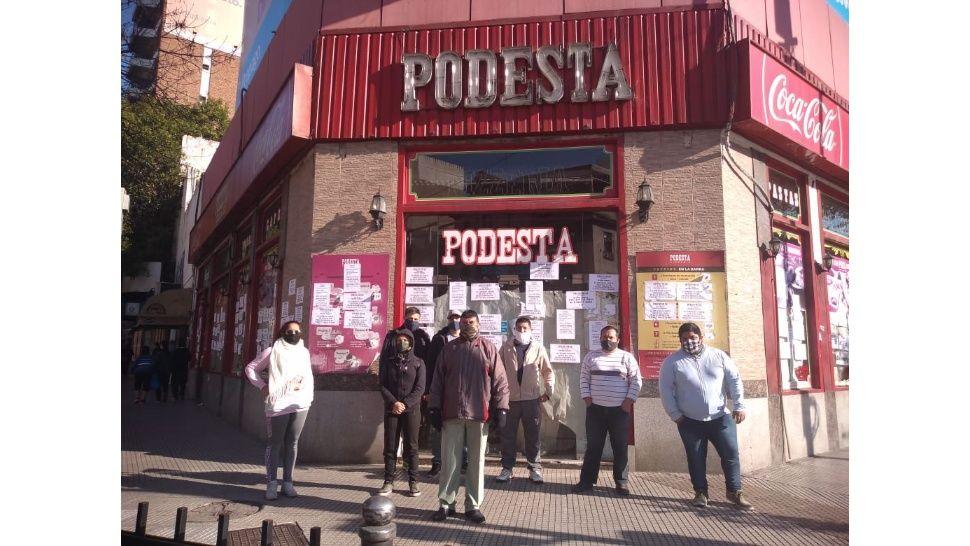 Los 36 trabajadores de las históricas pizzerías Podestá reclaman sueldos adeudados desde marzo