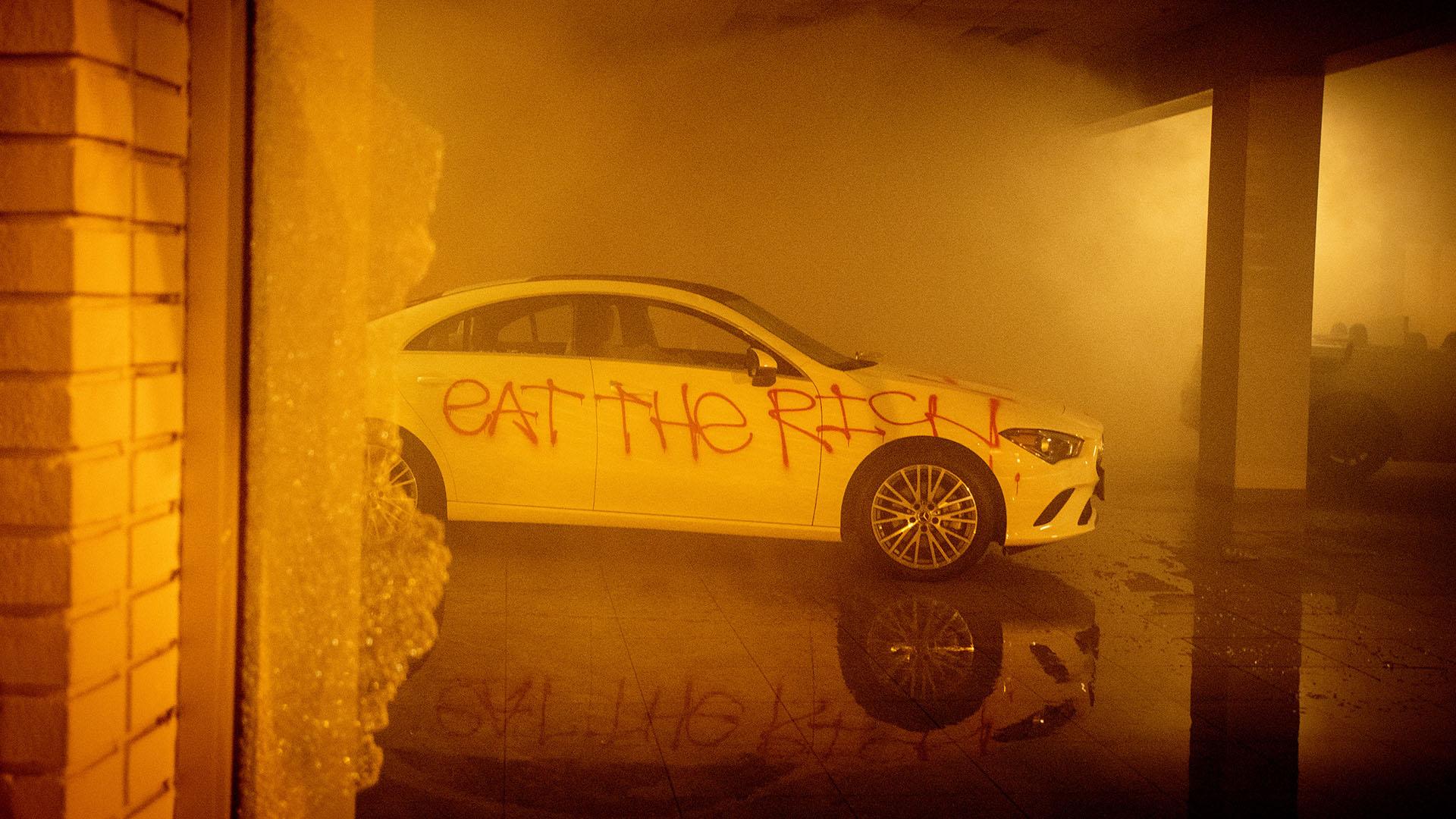 Un auto Mercedes-Benz destruido en Oakland (Photo by Josh Edelson / AFP)