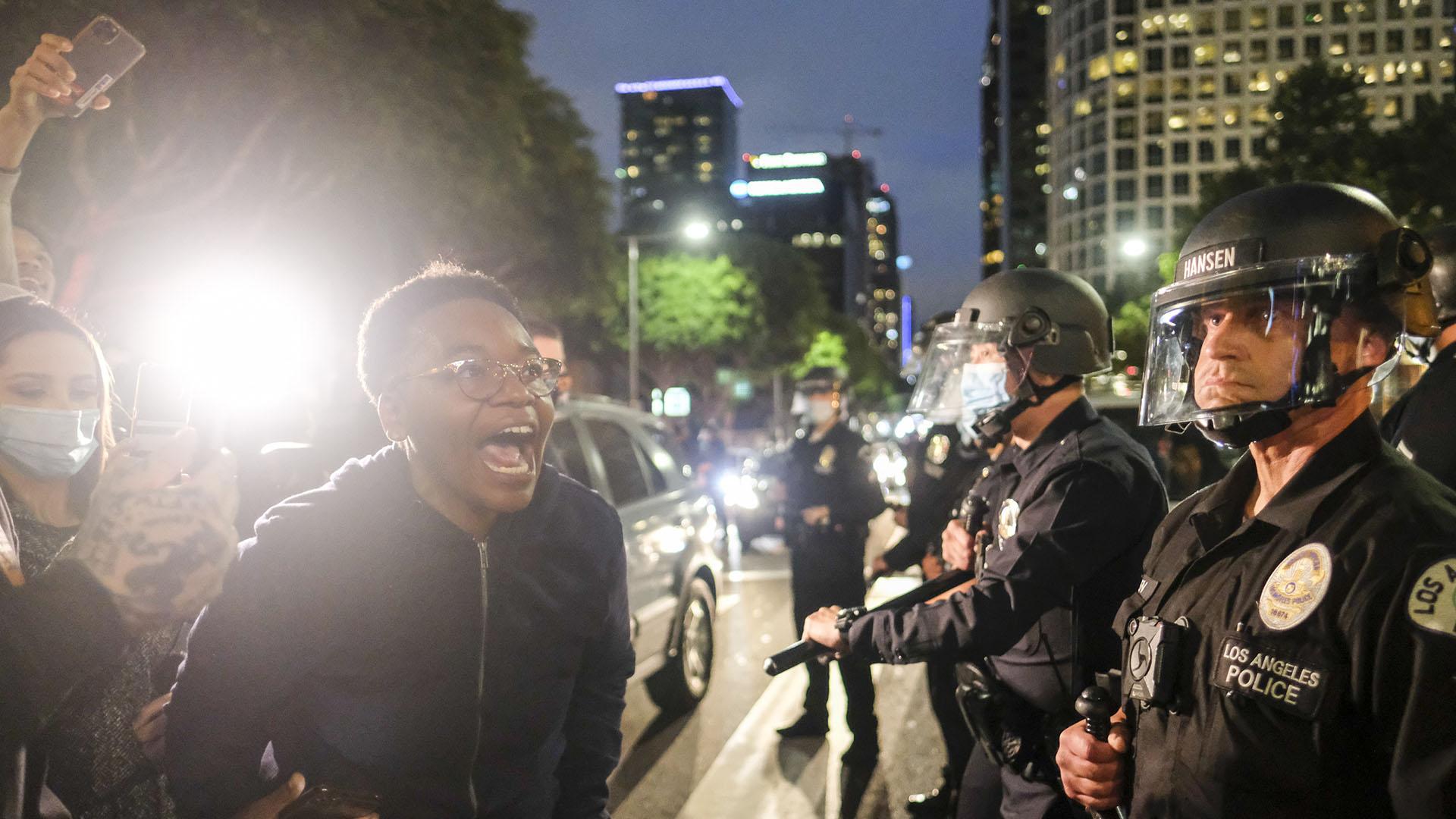 Manifestantes protestan a los policías (AP Photo/Ringo H.W. Chiu)