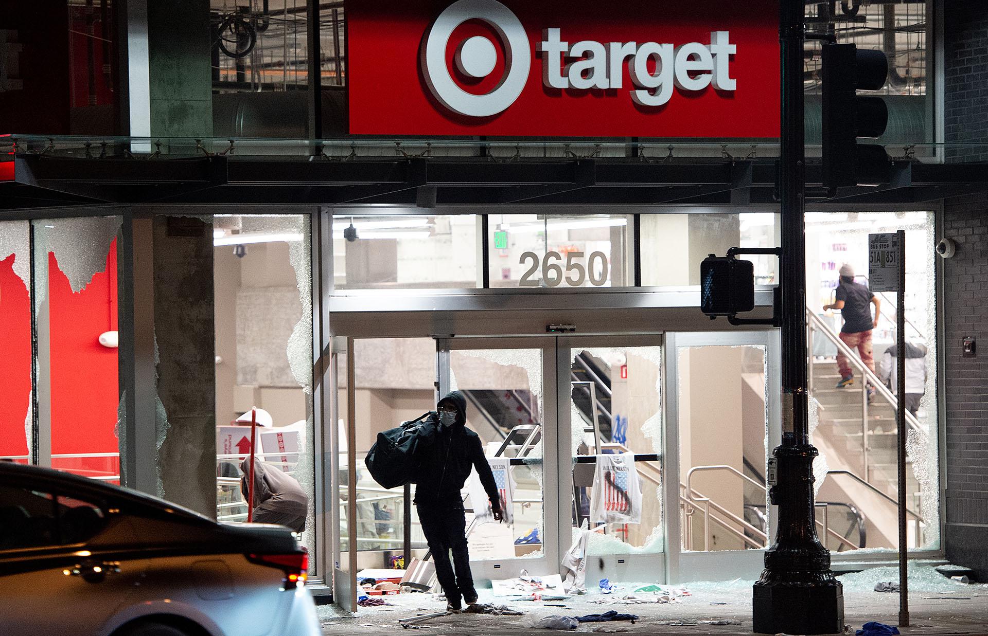 Hubo destrozos en comercios de Oakland, California (Josh Edelson / AFP)
