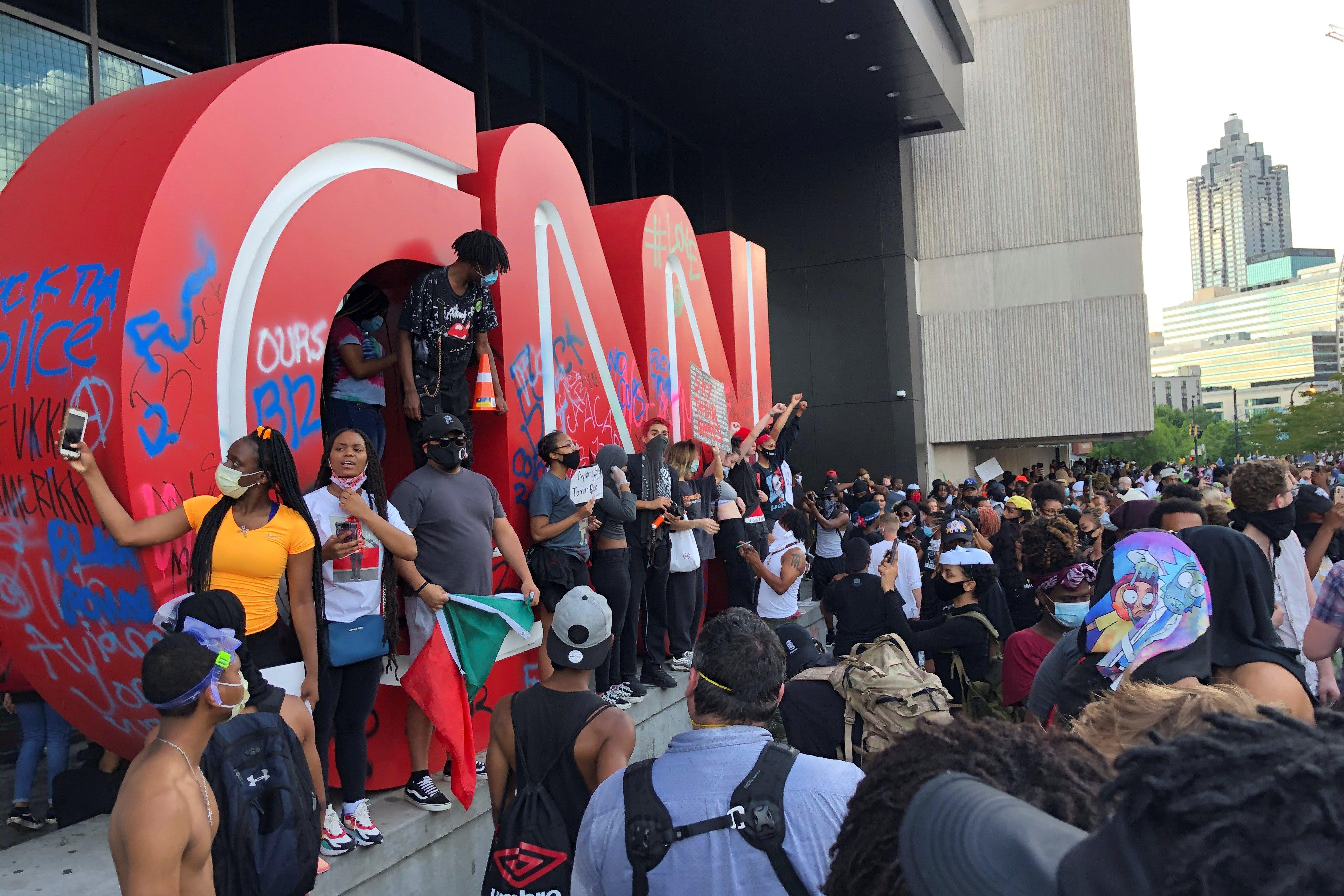 El asalto a la sede de la cadena de TV CNN en Atlanta, donde la Policía tuvo que intervenir para evitar que fuese totalmente vandalizada (REUTERS/Dustin Chambers)