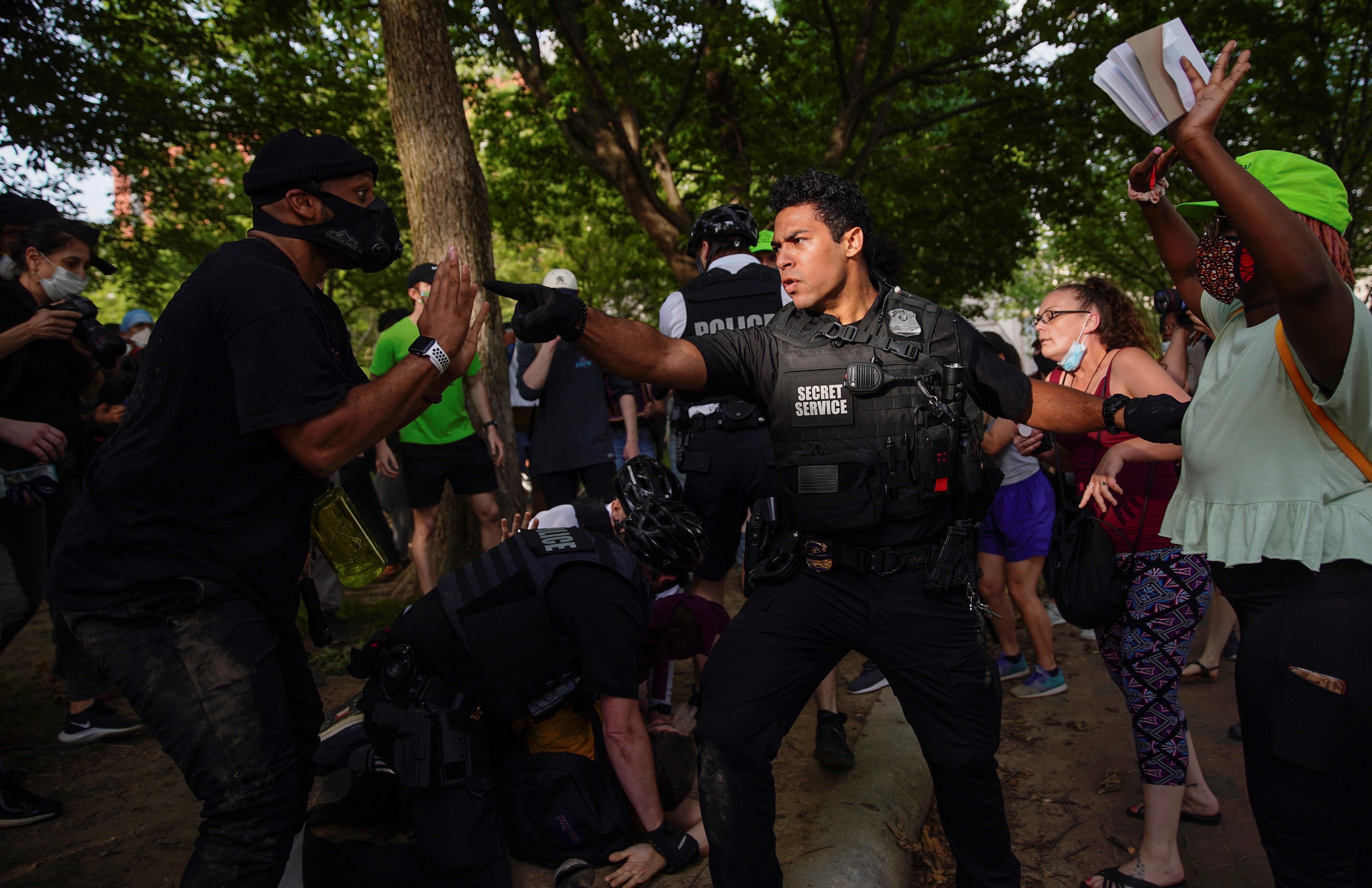 Mezclado entre la multitud, un oficial con la leyenda