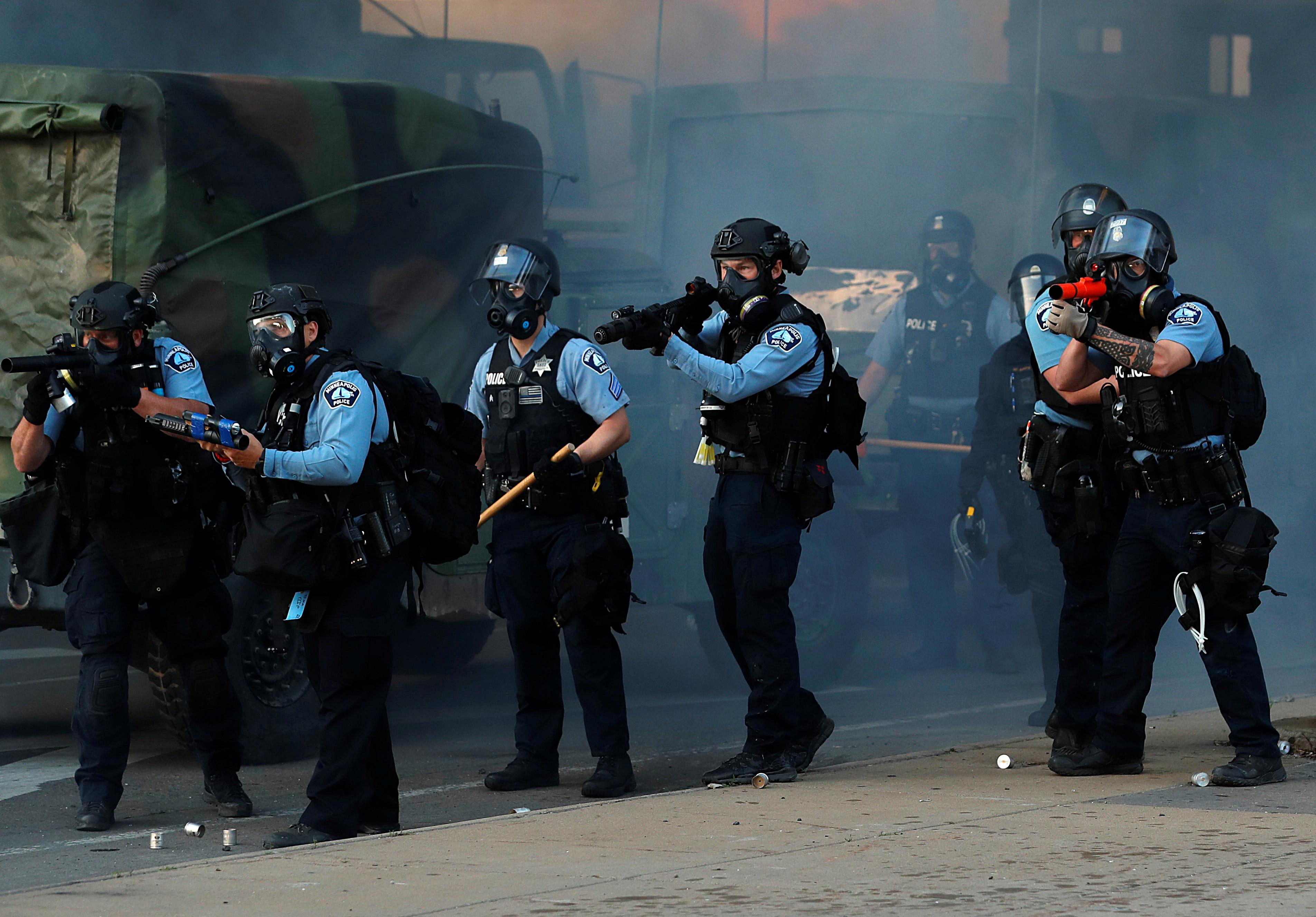 Policías se agrupan durante las protestas que se produjeron en Minneapolis en horas de la tarde de este viernes (REUTERS/Lucas Jackson)