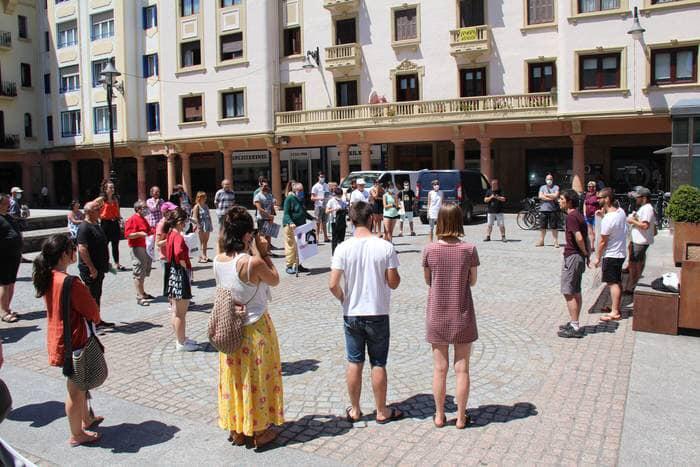 La imagen puede contener: una o varias personas, personas de pie, multitud y exterior