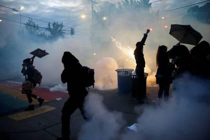 Los manifestantes se dispersan cuando la policía de Seattle despliega gases lacrimógenos, gas pimienta y dispositivos de explosión repentina durante una protesta en Seattle, Washington. REUTERS/Lindsey Wasson