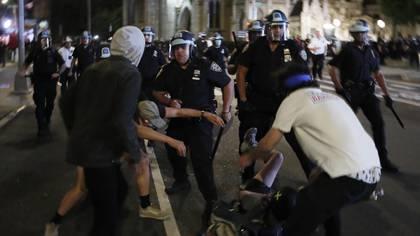 Agentes de la policía de Nueva York fueron registrados este domingo al repeler a manifestantes violentos, durante una protesta por la muerte del afroamericano George Floyd, en Nueva York (EE.UU.). EFE/Justin Lane