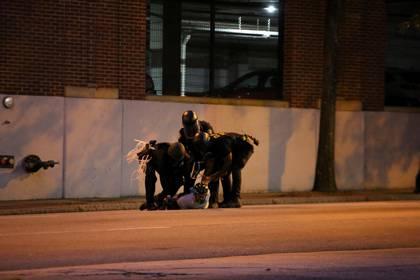 Un fotográfo es detenido en Atlanta, Georgia. REUTERS/Dustin Chambers