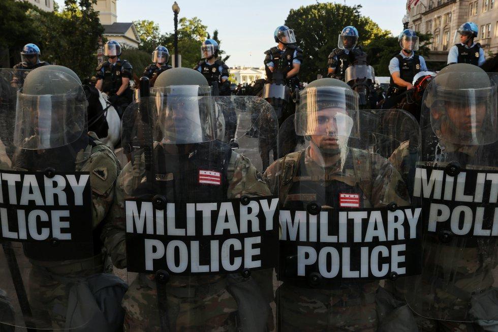 """Miembros de la Guardia Nacional resguardan las afueras de la Casa Blanca este lunes. Trump dijo que desplegaría """"miles y miles"""" de soldados """"fuertemente armados"""" para frenar los disturbios desatados por la muerte en Minneapolis del afroamericano George Floyd a manos de la policía."""