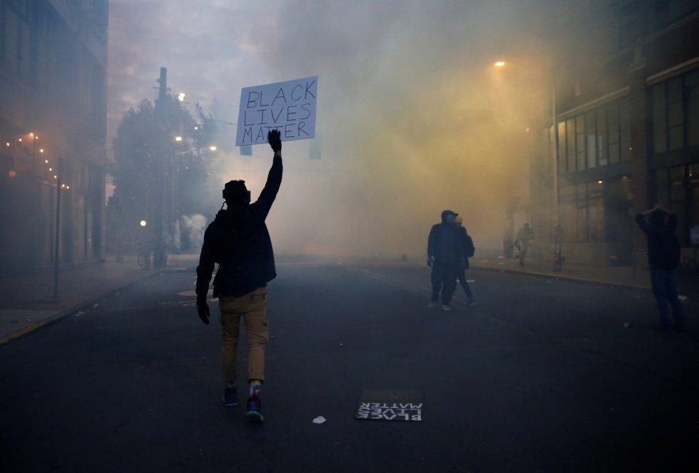 """Un manifestante sujeta un cartel en el que se lee """"Black Lives Matter"""" (Las Vidas Negras Importan, en español) durante una protesta en Seattle por la muerte de George Floyd."""
