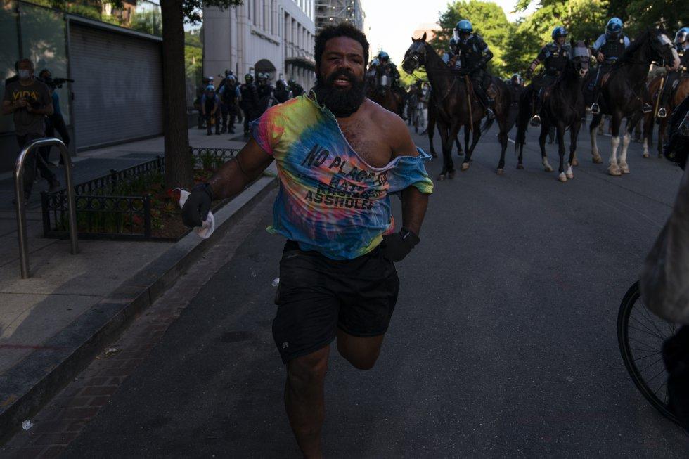 Un manifestante huye de la policía durante las protestas por la muerte de George Floyd, en Washington, a las afueras del recinto de la Casa Blanca.