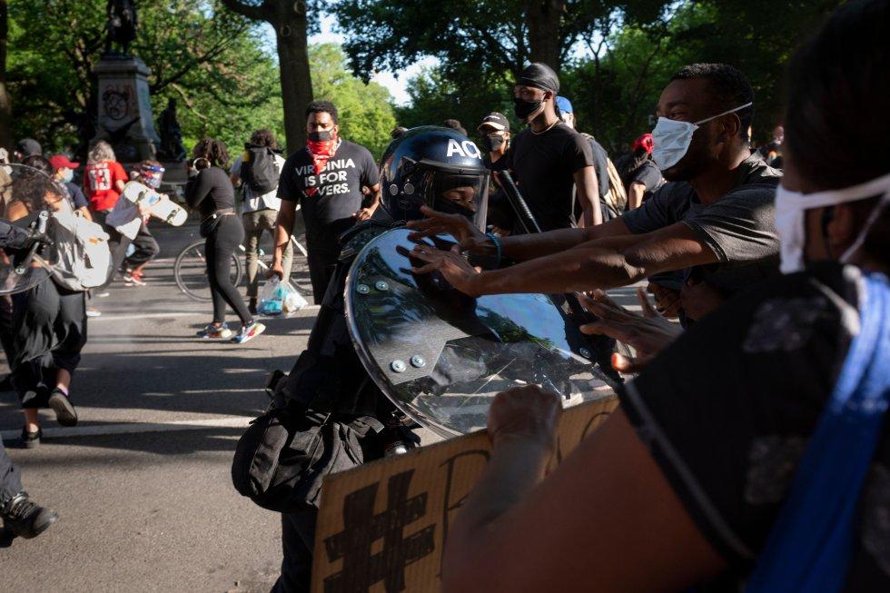 Policías antidisturbios se enfrentan a un grupo de manifestantes a las afueras de la Casa Blanca este lunes. El domingo, el presidente Trump pasó al menos una hora en un búnker subterráneo durante los enfrentamientos.