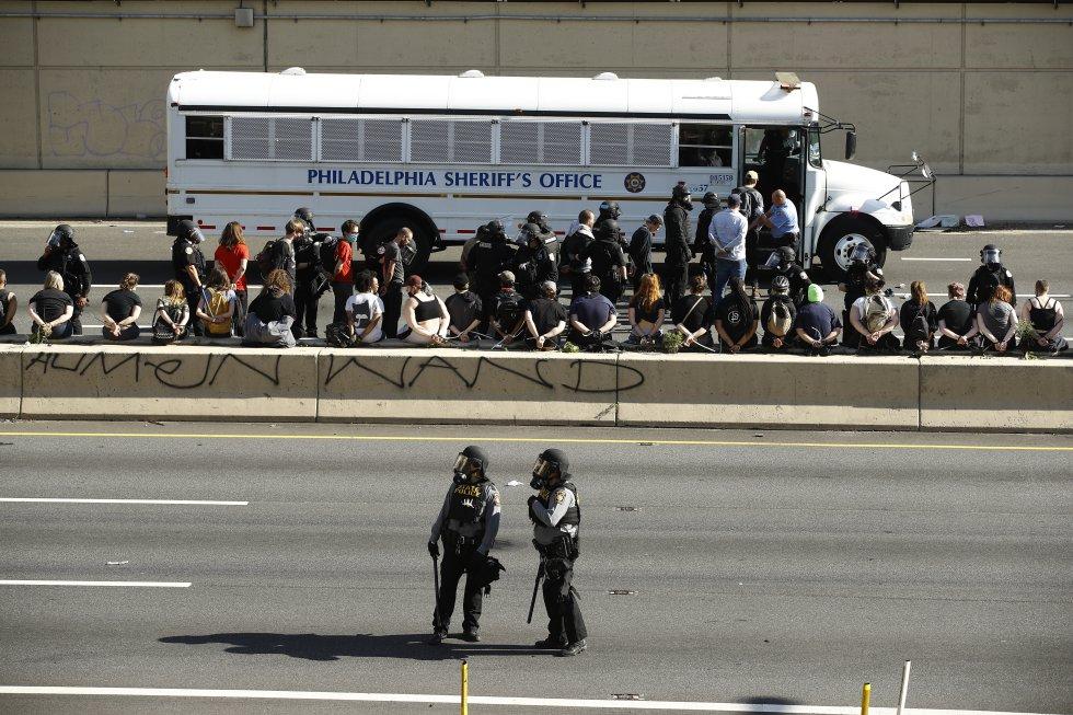 Decenas de manifestantes detenidos tras la jornada de protestas en Filadelfia suben a un autobús de la Oficina del 'Sheriff' de Filadelfia.
