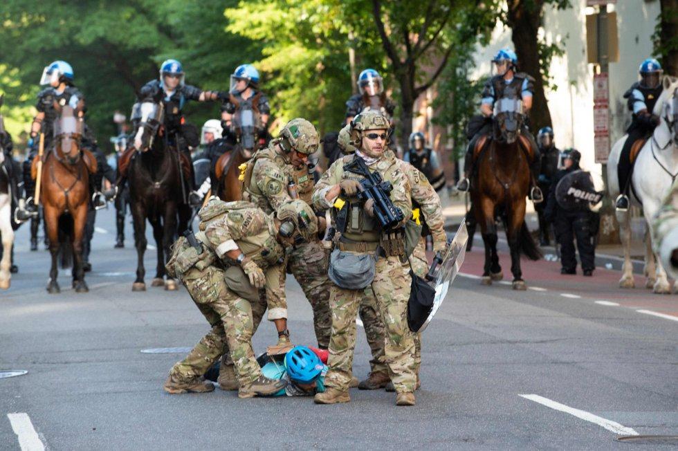 Miembros de la Guardia Nacional detienen en el suelo a un manifestante en Washington, en las cercanías de la Casa Blanca.