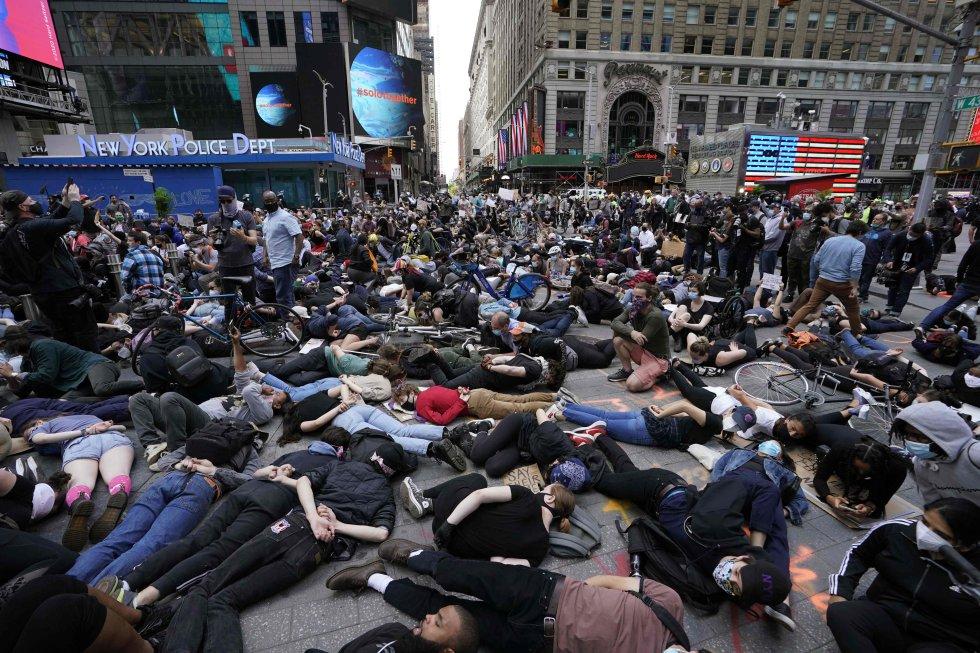 Decenas de manifestantes tumbados boca abajo con las manos en la espalda protestan en la neoyorquina plaza de Times Square contra la muerte de George Floyd a manos de la policía.