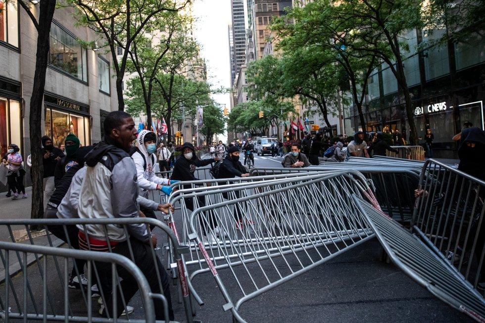Un grupo de manifestantes intenta desplazar unas vallas durante las protestas en Manhattan, Nueva York.