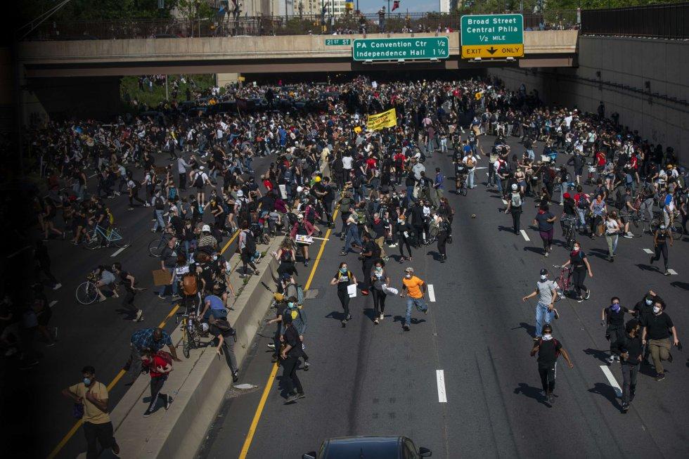 Manifestantes corren después de que la policía les lanzase gases lacrimógenos durante una protesta en Filadelfia en repudio por la muerte de George Floyd. Esta ciudad fue una de las que vivió algunos de los momentos más tensos este lunes.