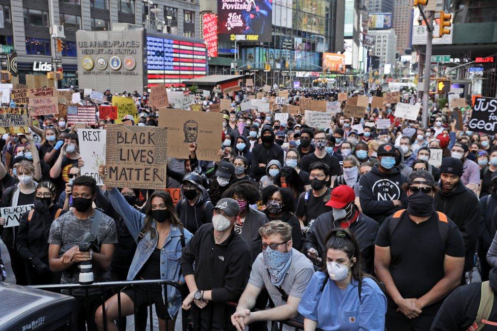 En Nueva York, centenares de manifestantes se reúnen en Times Square antes de marchar por el centro de Manhattan para protestar contra la muerte de George Floyd.