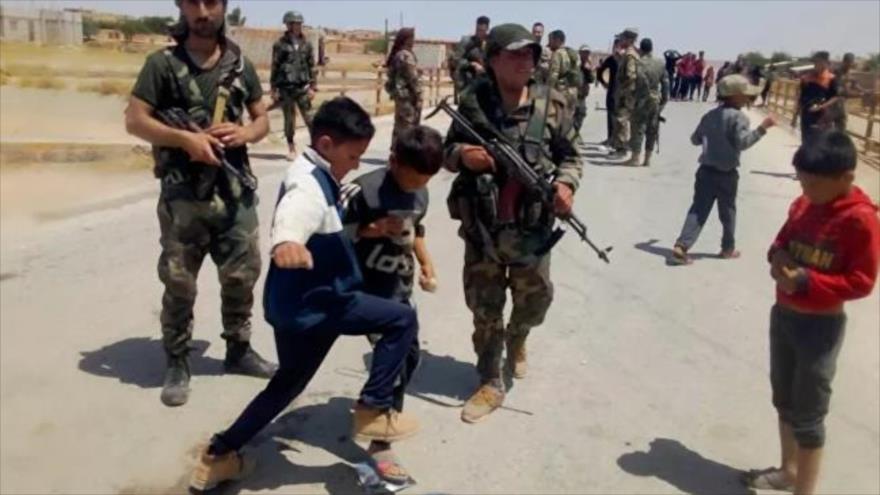 Vídeo: Niños sirios impiden paso de convoy de EEUU en Al-Hasaka | HISPANTV