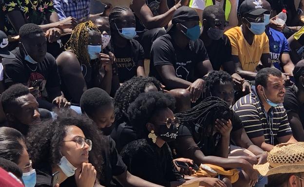 Cientos de jóvenes marchan contra el racismo en Roquetas de Mar