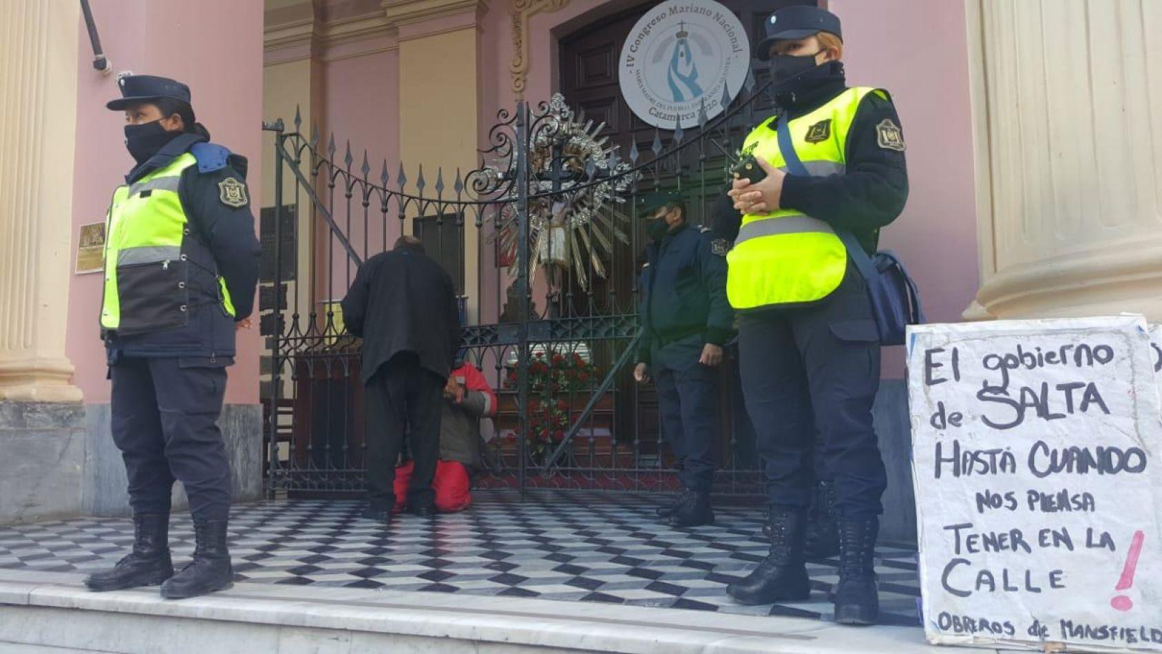 Detienen a los mineros despedidos en Salta cuando intentaban encadenarse a la Catedral