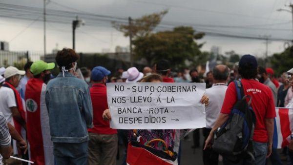 Los manifestantes usaron una manta gigante con la foto del mandatario para invitarlo a renunciar.