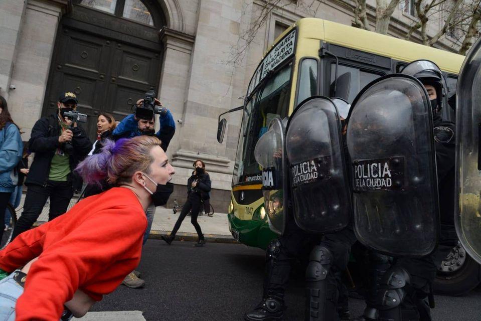 """La imagen puede contener: 4 personas, exterior, texto que dice """"OLICIA CIUDAD POLICIA ACIUDAD"""""""