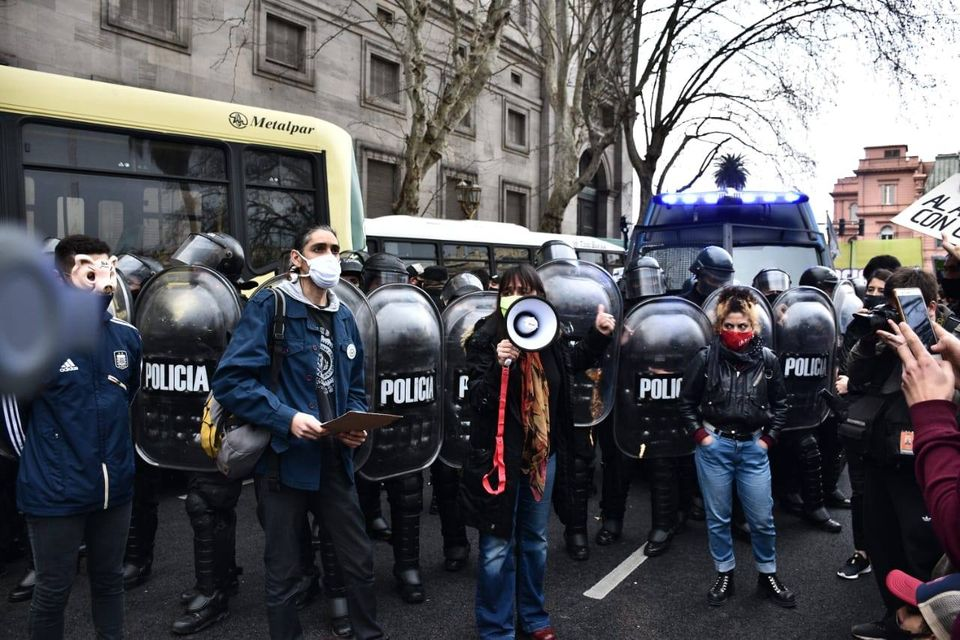 """La imagen puede contener: 1 persona, de pie y exterior, texto que dice """"A Metalpar POLICIA POLICIA POLIr POLIC"""""""