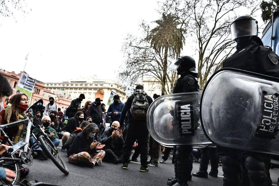 """La imagen puede contener: 1 persona, multitud y exterior, texto que dice """"CIA POLICIA"""""""