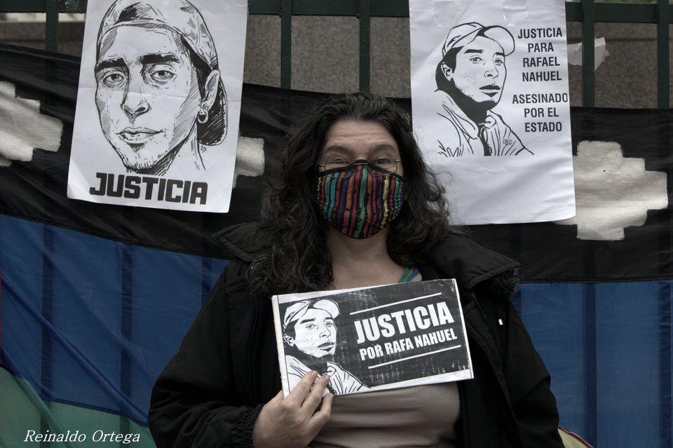 """La imagen puede contener: 2 personas, incluido Nidia Ester, texto que dice """"JUSTICIA PARA RAFAEL NAHUEL ASESINADO POR EL ESTADO JUSTICIA JUSTICIA NAHUEL POR RAFA Reinaldo Ortega"""""""