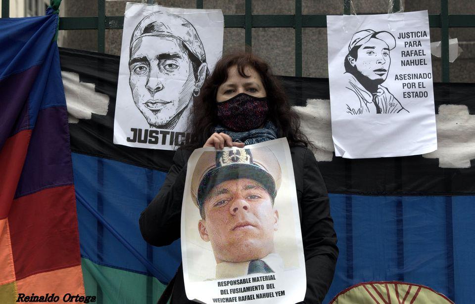 """La imagen puede contener: 3 personas, incluido Nidia Ester, texto que dice """"JUSTICIA PARA RAFAEL NAHUEL ASESINADO PORE EL JUSTII Reinaldo Orte RESPONSABLE RESPONSABLEMATERIAL ATERIAL FUSILAMIENTO DEL WEICHAFE NAHUEL YEM"""""""