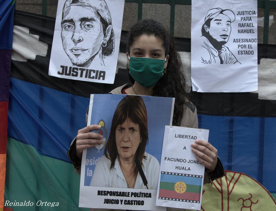 """La imagen puede contener: 3 personas, incluido Nidia Ester, texto que dice """"JUSTICIA PARA RAFAEL NAHUEL ASESINADO POR EL ESTADO JUSTÍCIA LIBERTAD A esic la FACUNDO JONE HUALA Reinaldo Ortega RESPONSABLE.POLIICA JUICIO CASTIGO RESPONSABLE POLÍTICA"""""""