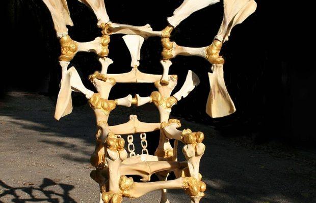 Cultura. Escultura hecha de huesos denuncia actitud genocida del presidente brasileño en París