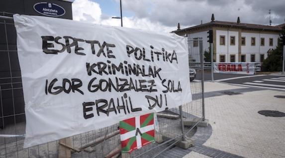 Carteles frente a Martutene para denunciar lo ocurrido. (Gorka RUBIO/FOKU)