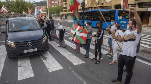 Ciudadanos ante el coche que ha trasladado el cuerpo del preso vasco. (Gorka RUBIO/FOKU)