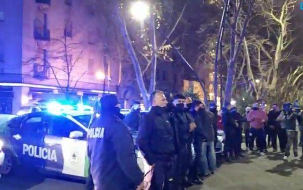 Argentina. Insólito: En vez de sancionar a los policías que protestaron frente a la casa del Gobernador bonaerense, les aumentaron los sueldos