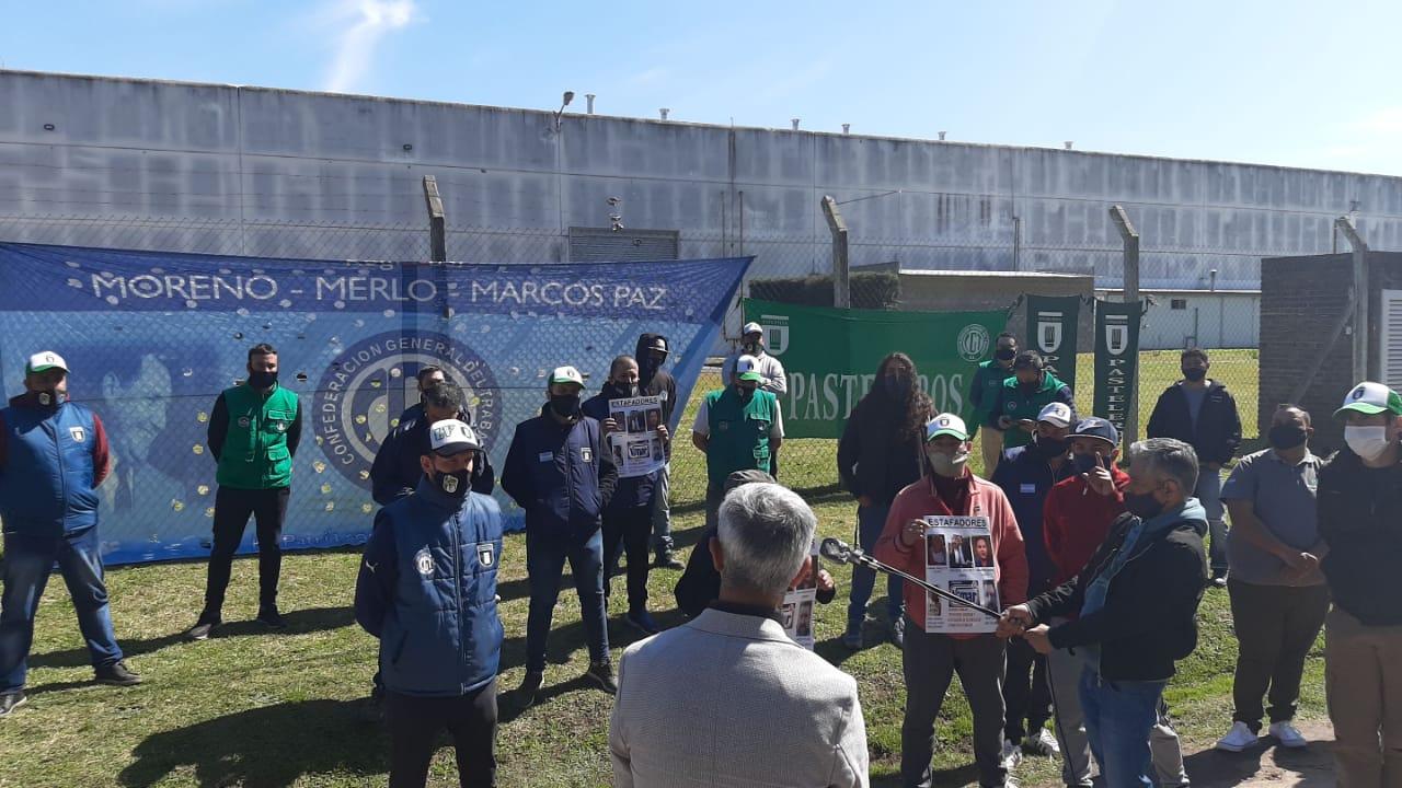 Disparan para amedrentar a trabajadores que reclamaban en la puerta de la fábrica de alfajores Vimar