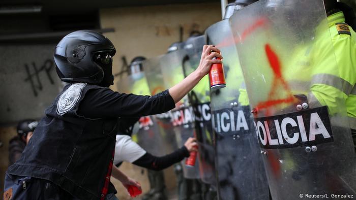 Foto de persona que protesta contra la policía en Colombia