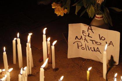 Jóvenes colombianos rechazan la violencia policial con una velatón