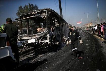 Un autobús de Transmilenio quemado es remolcado después de fuertes protestas contra la brutalidad policial en Bogotá