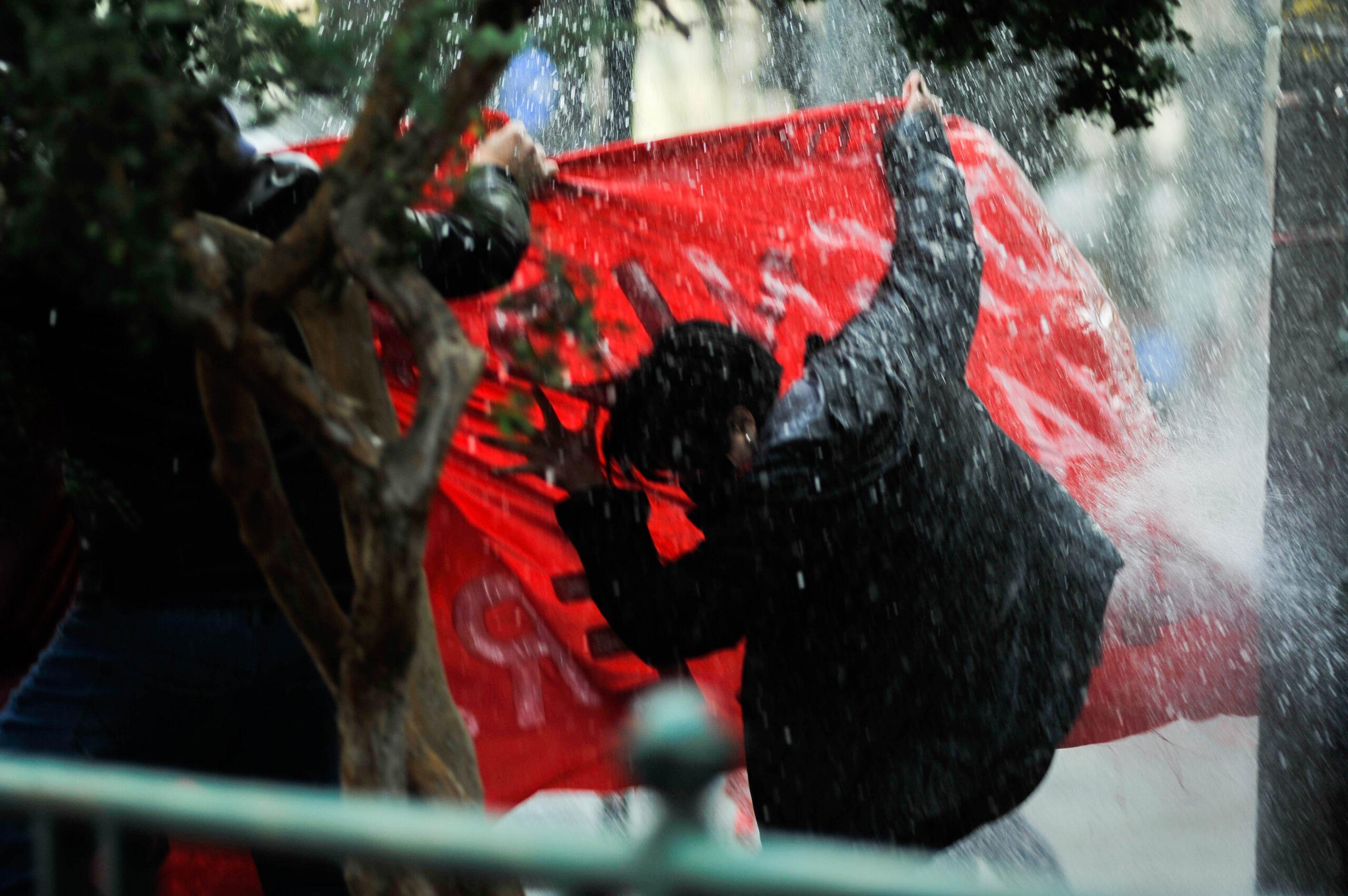 Estudiantes reprimidos por lanza agua de Carabineros (Foto: Claudia Monasterio)