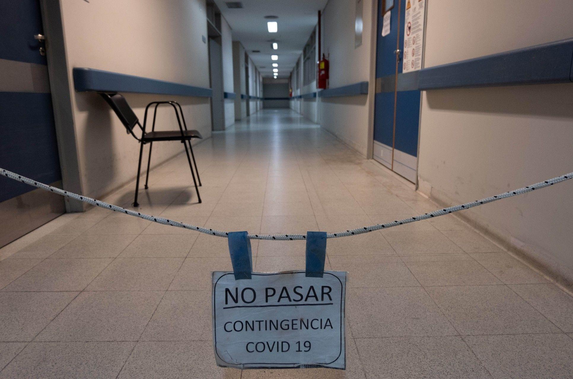 Los pasillos de los hospitales, un territorio cada vez más hostil para quienes los transitan a diario / Foto: Télam