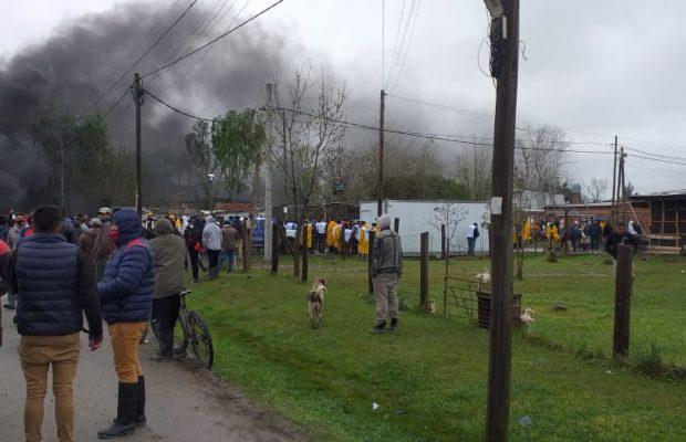 Argentina. Toma de tierras en Guernica: Otra vez un grupo numeroso de funcionarios del Gobierno fueron rechazados por lxs vecinxs / En represalia, se llevaron los alimentos que traían y muchos quedaron en el suelo (videos + fotos)