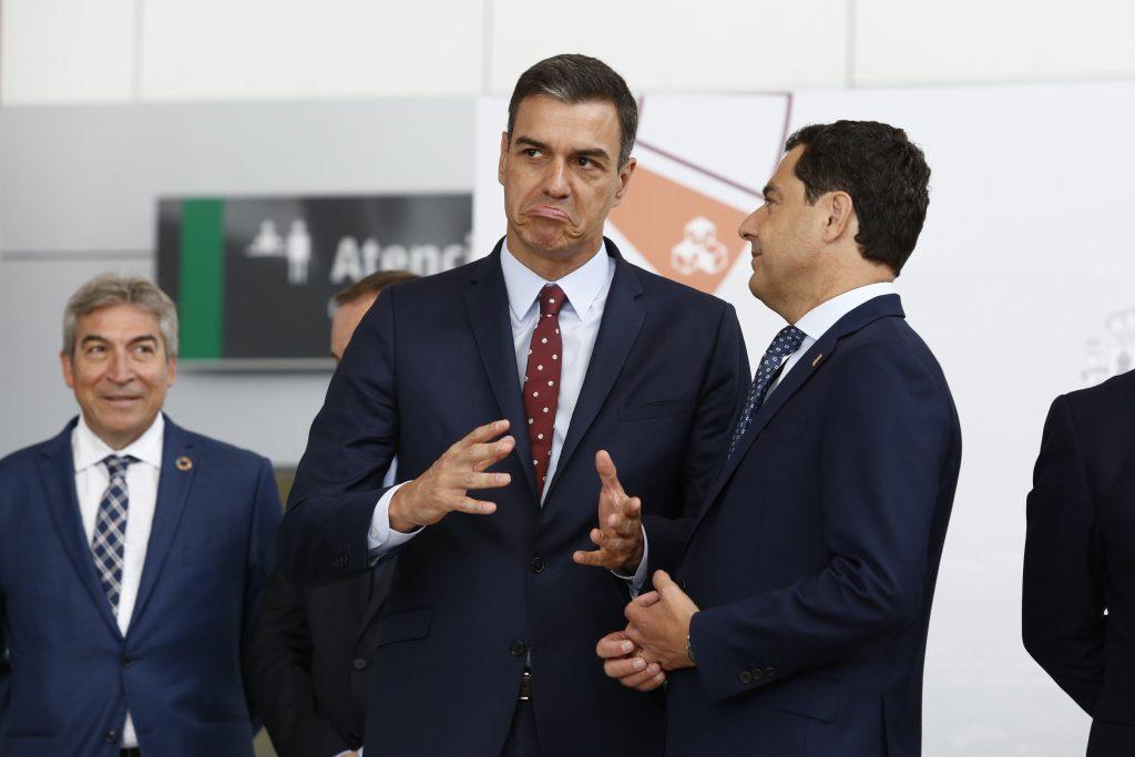 El presidente de la Junta de Andalucía y del PP-A, Juanma Moreno, ha reconocido este lunes que el PP y el PSOE son la misma cosa y que sus diferencias son un mero artificio de cara a la galería