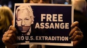Estados Unidos. Noam Chomsky aseguró que Julian Assange hizo un gran servicio a la humanidad con sus revelaciones